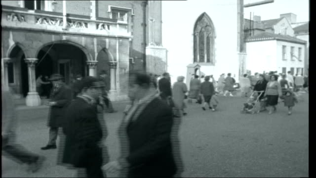 gibraltar 1962 cliffs view over harbour and town people along through square traffic and people along street closing titles over view of the rock of... - gibraltar bildbanksvideor och videomaterial från bakom kulisserna