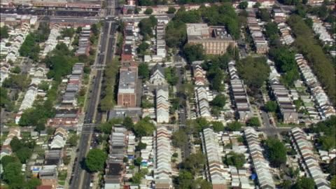 vidéos et rushes de aerial row houses in bellrose terrace / hempstead, new york, usa - long island