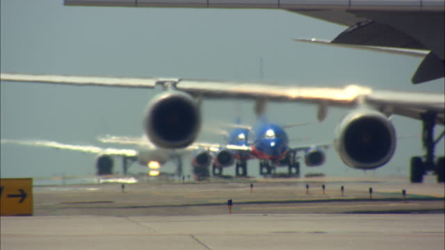 vidéos et rushes de cu, row of airplanes taxiing on tarmac, los angeles international airport, los angeles, california, usa - macadam