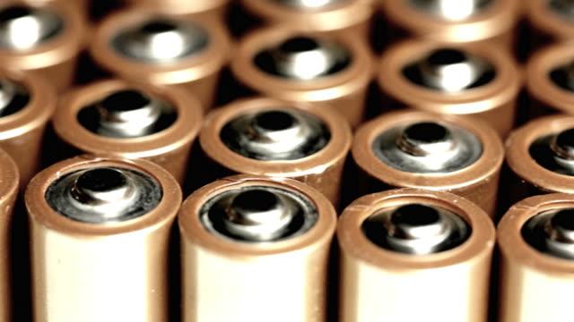 vídeos de stock, filmes e b-roll de cu ds, row of batteries - pilha arranjo
