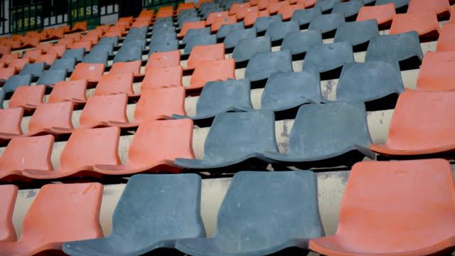 vidéos et rushes de rangée de sièges de stade bleu et rouge. - chaise
