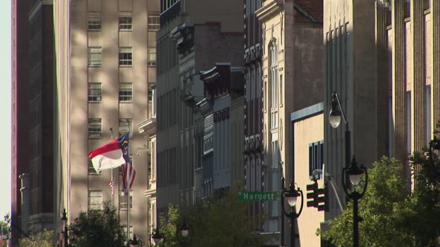 ms, row of buildings, flags in front of wake county courthouse raleigh, north carolina, usa - 法廷点の映像素材/bロール