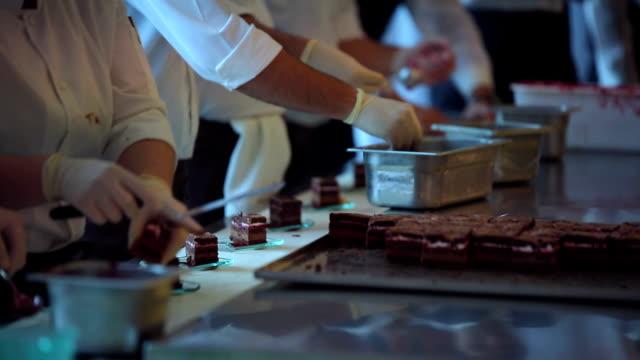 vidéos et rushes de rangée de chefs la garniture dessert - plat
