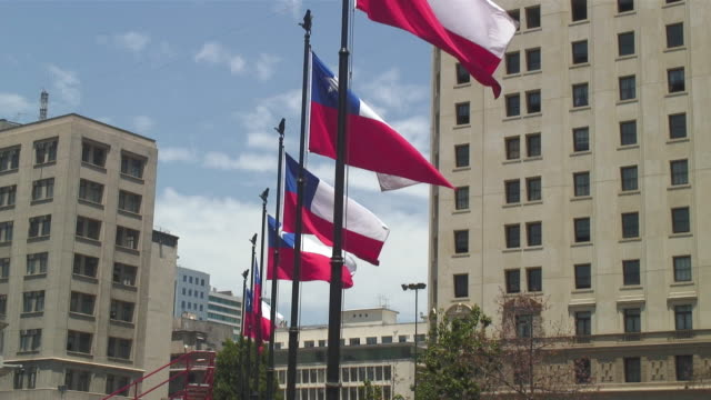 stockvideo's en b-roll-footage met ms row of chilean national flag in front of presidential palace / santiago, chile - chile
