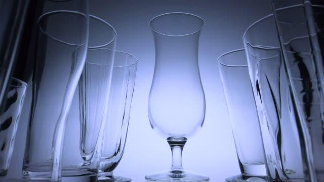 vídeos y material grabado en eventos de stock de fila de vasos vacíos tracking shot. - imagen virada