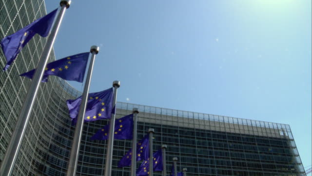 vidéos et rushes de ms, td, row of european union flags in front of berlaymont (european commission headquarter), brussels, belgium - unesco