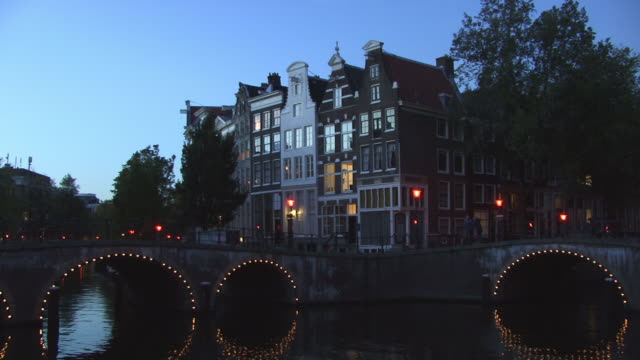 ms, td, row of houses along keizersgracht canal at dusk, amsterdam, netherlands - olanda settentrionale video stock e b–roll