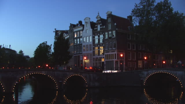 zo, ms, row of houses along keizersgracht canal at dusk, amsterdam, netherlands - olanda settentrionale video stock e b–roll