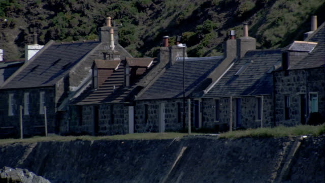 a row of houses are built on the shores of crovie scotland. available in hd. - クロヴィー点の映像素材/bロール
