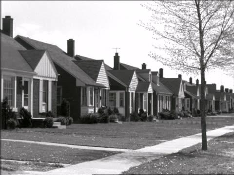 b/w 1950 row of identical suburban homes - 1950年点の映像素材/bロール