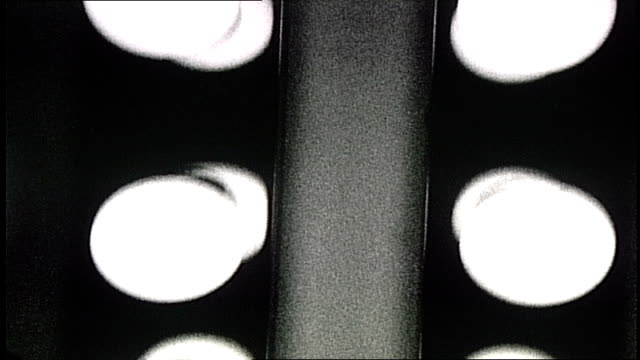vídeos de stock, filmes e b-roll de row of light bulbs lit - lâmpada