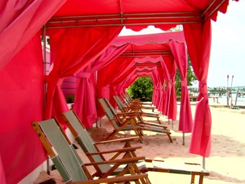 stockvideo's en b-roll-footage met ms,  row of lounge chairs on beach,  harbour island,  bahamas - kleine groep dingen