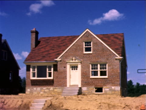 1959 pan row of newly-built brick suburban homes / philadelphia / documentary - 1950 1959 個影片檔及 b 捲影像