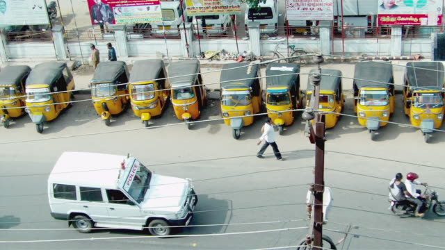 ws ha row of parked jinrikishas on street / coibatore, tamil nadu, india - jinrikisha stock videos & royalty-free footage