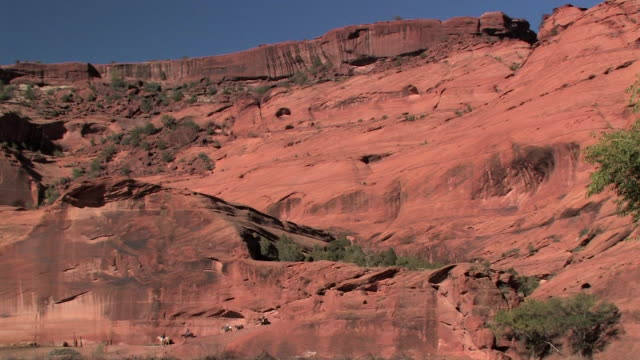 ws row of people riding horses down rocky canyon slope/ canyon de chelly national monument, arizona - canyon de chelly stock videos & royalty-free footage