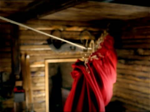 vídeos y material grabado en eventos de stock de zi, selective focus, cu, row of red sack hanging on pulley moving under ceiling, slovenia - grupo mediano de objetos