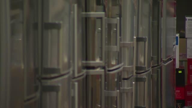 vídeos de stock, filmes e b-roll de row of refrigerators in appliance store - geladeira