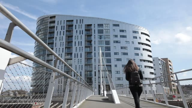 a row of residential properties stand in front of battersea power station redevelopment in london uk on monday april 3 a row of residential terraced... - for sale englischer satz stock-videos und b-roll-filmmaterial