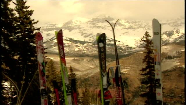 vídeos de stock e filmes b-roll de row of skis standing in snow with mountains in background in telluride colorado - roupa de esqui