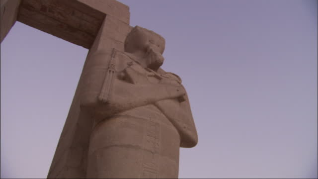 a row of statues at an ancient egyptian ruin have their arms crossed. - decapitated stock videos & royalty-free footage