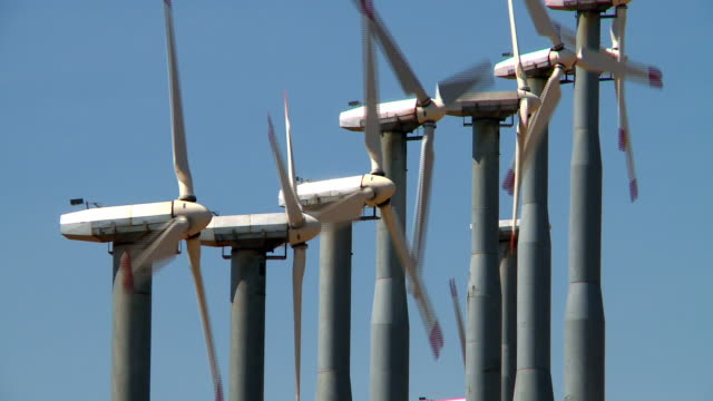 vídeos y material grabado en eventos de stock de a row of wind turbines rotate on a wind farm - grupo mediano de objetos