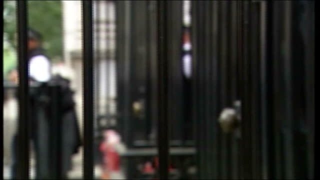 vídeos y material grabado en eventos de stock de row over andrew mitchell comments to police officer david cameron refuses to comment downing street focus side shot of downing street gates pan to... - foco difuso