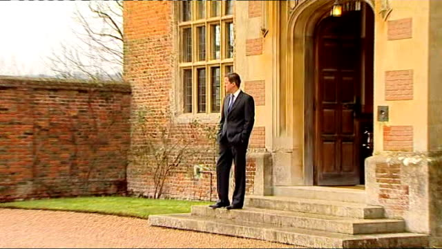 vidéos et rushes de row over bonus for rbs bank chief stephen hester; buckinghamshire: chequers: close shot david cameron mp standing on steps of chequers pull out int... - prime minister