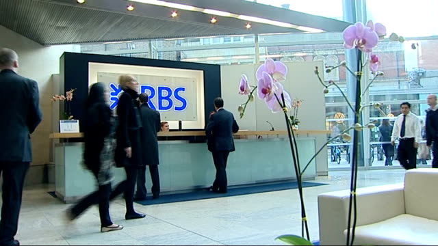 row over bonus for rbs bank chief stephen hester int people along through rbs offices entrance - ロイヤル・バンク・オブ・スコットランド点の映像素材/bロール