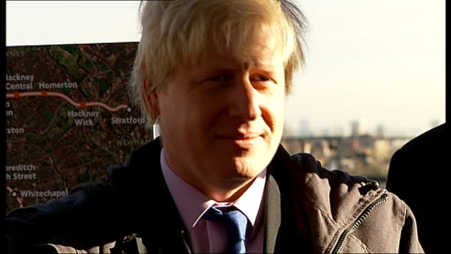 vídeos y material grabado en eventos de stock de row over boris johnson's four-letter phone call to keith vaz; england: london: clapham junction station: ext train arriving at station platform,... - channel 4 news