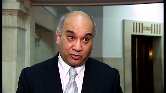 vídeos y material grabado en eventos de stock de row over boris johnson's four-letter phone call to keith vaz; keith vaz interview sot - all conversations that i have had have to be reported to the... - channel 4 news