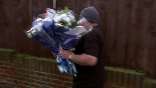 row over flowers left for burglar killed after breaking into a pensioner's home england london hither green ext close shot bouquet of flowers man... - bunch of flowers bildbanksvideor och videomaterial från bakom kulisserna