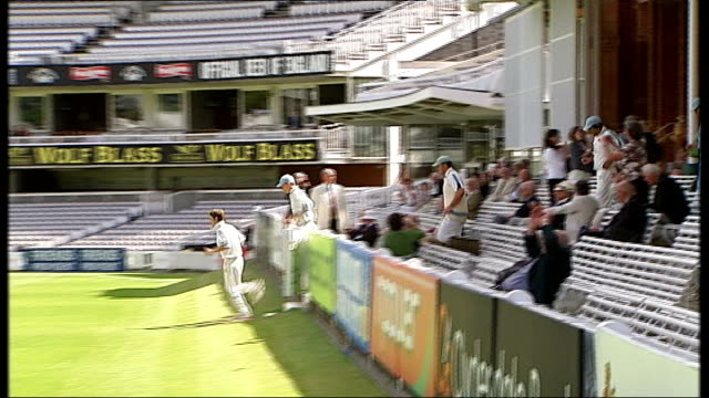 row over future of lords cricket club; r17060807 lords: cricketers running onto pitch - squadra di cricket video stock e b–roll