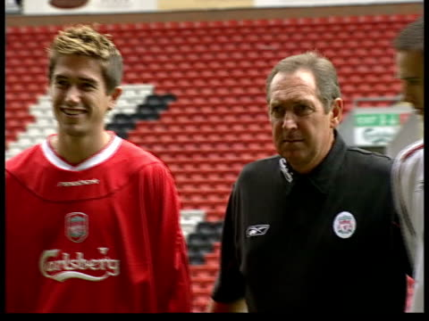 row over kewell transfer to liverpool; itn england: liverpool: anfield: ext cms harry kewell posing in liverpool fc shirt next liverpool manager... - exchanging stock videos & royalty-free footage