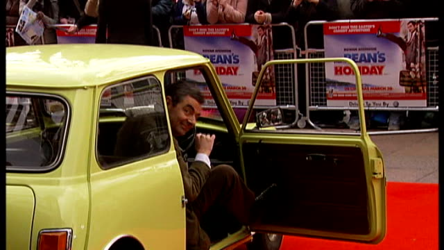 rowan atkinson crashes his sports car march 2007 london leicester square ext rowan atkinson from car onto red carpet at premiere of film 'mr bean's... - ローワン アトキンソン点の映像素材/bロール