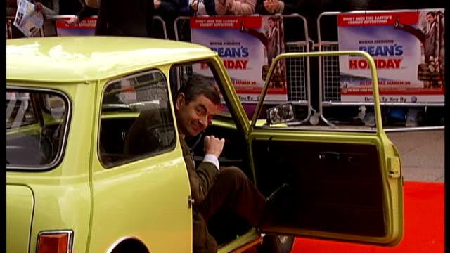 rowan atkinson crashes his sports car march 2007 rowan atkinson from car onto red carpet at premiere of film 'mr bean's holiday' - ローワン アトキンソン点の映像素材/bロール