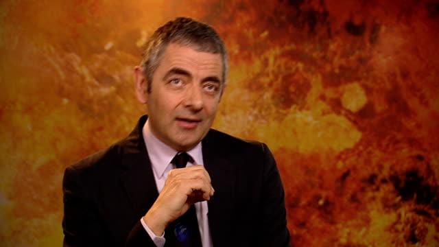 rowan atkinson interview atkinson interview sot - ローワン アトキンソン点の映像素材/bロール