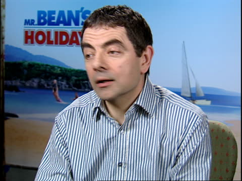 rowan atkinson talks about his new film mr bean's holiday atkinson welcomes children do you like oysters and prawns rowan atkinson interview sot the... - ローワン アトキンソン点の映像素材/bロール