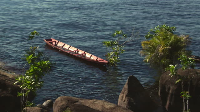 stockvideo's en b-roll-footage met ms tu ws rowboats on river negro with sleeping beauty mountain range in background / sao gabriel da cachoeira, amazonas, brazil - color negro