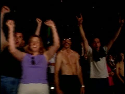 vidéos et rushes de rowdy audience members cheer at poison concert - jouer à la bagarre