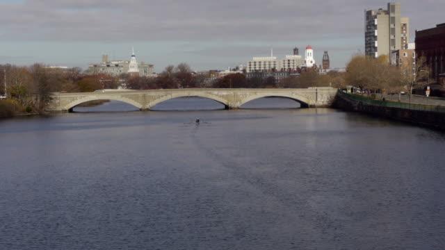 vídeos y material grabado en eventos de stock de rower on charles river in boston - río charles