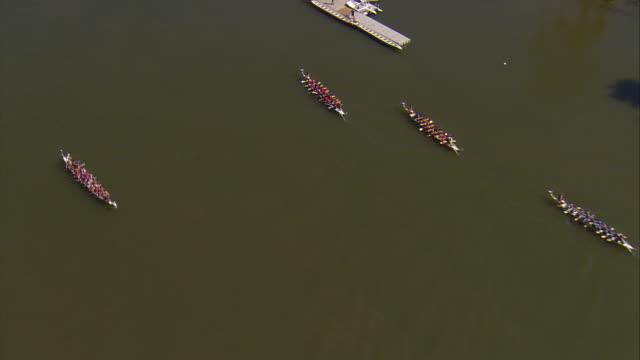 vídeos y material grabado en eventos de stock de ws aerial zi rowers on potomac river / washington, dist. of columbia, united states - remo de punta
