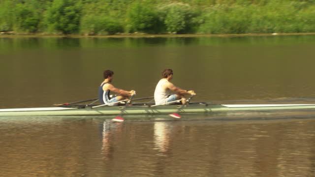 rowers on river arno, florence, italy - barca da diporto video stock e b–roll