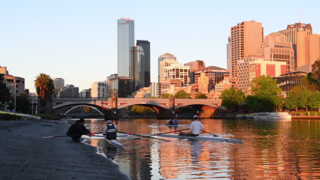 rowers prepare on the side of the yarra river in melbourne on november 11 2016 in melbourne australia - ウォータースポーツ点の映像素材/bロール