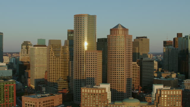 vidéos et rushes de rowe's wharf skyscrapers in boston - boston