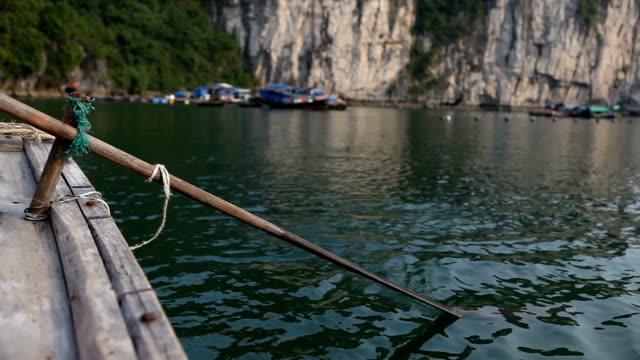 rudern an der berühmten halong bay in vietnam - dschunke stock-videos und b-roll-filmmaterial