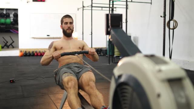stockvideo's en b-roll-footage met roeien op de sportschool - gymbroek