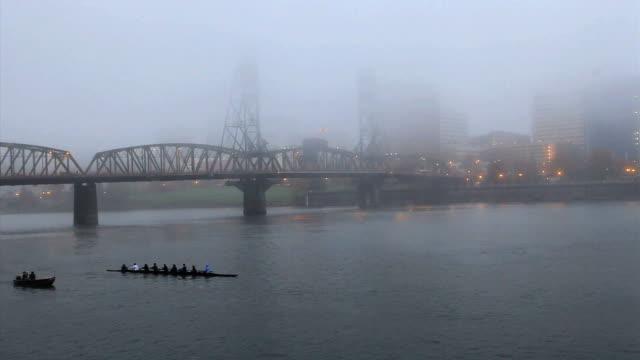 vídeos y material grabado en eventos de stock de remo en el río willamette, portland, oregon - portland oregón