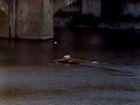 rudern auf den fluss arno von der ponte vecchio#1 - ponte stock-videos und b-roll-filmmaterial