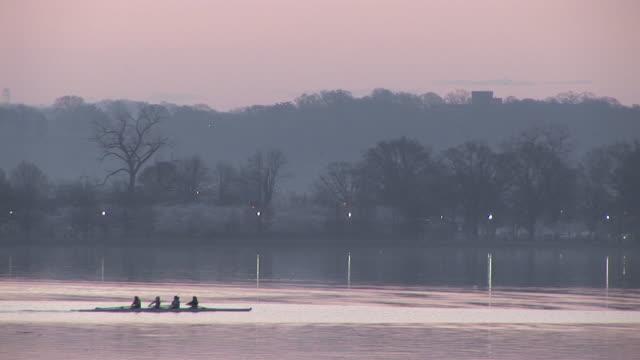 vídeos y material grabado en eventos de stock de ws, rowing team on river at dusk, potomac river, washington dc, washington, usa - río potomac