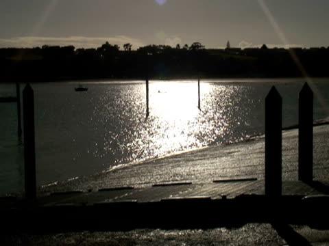 rudern bis in den frühen morgen sonnenlicht auf dem wasser - vignettierung stock-videos und b-roll-filmmaterial